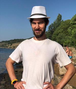 Ринат Хайсман в белой шляпе